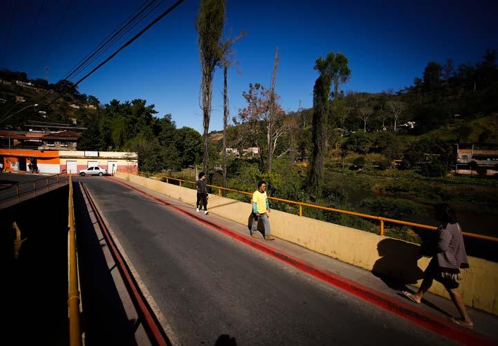 Na cidade de Raposos (MG), meio-fio pintado de vermelho sinaliza rota de fuga em caso de rompimento de barragem