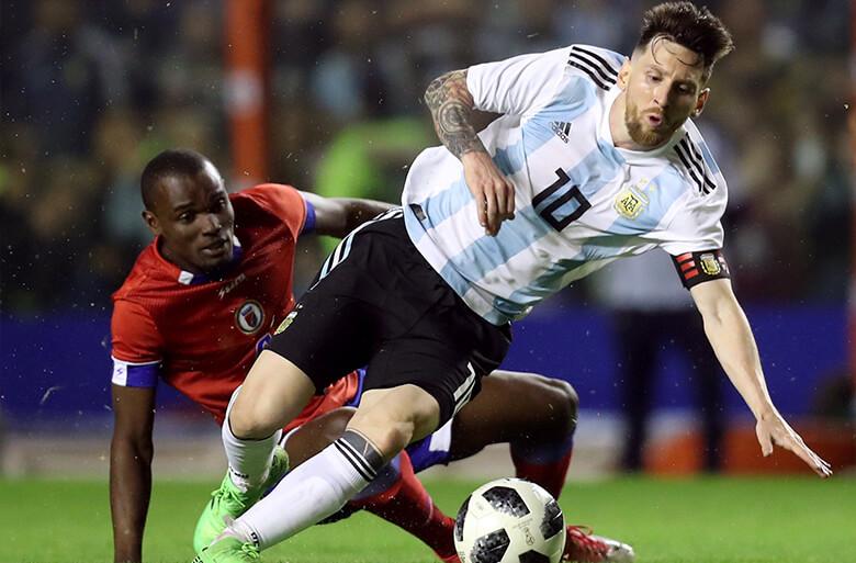 Messi disputa bola contra Waldo Vernet, do Haiti, em amistoso em Buenos Aires no dia 29 de maio. Foto: Reuters/Marcos Brindicci
