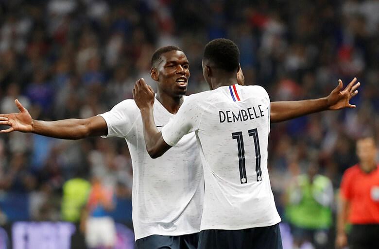 Em amistoso contra a Itália, em junho de 2018, Ousmane Dembele comemora com Paul Pogba. Foto: Reuters/Eric Gaillard