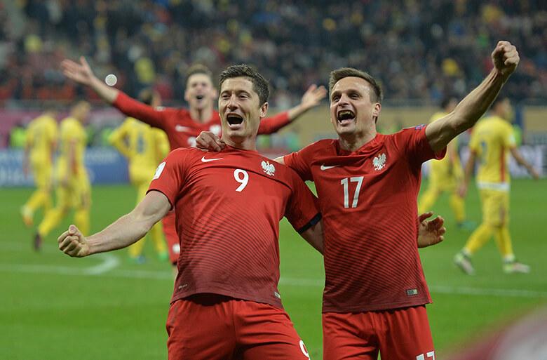 Robert Lewandowski (à esquerda) comemora gol contra a Romênia nas Eliminatórias da Copa da Rússia, em novembro de 2016. Foto: AP/Alexandru Dobre