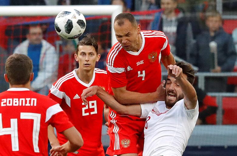 O russo Sergei Ignashevich cabeceia a bola em amistoso contra a Turquia, no dia 5 de junho. Foto: Reuters/Sergei Karpukhin